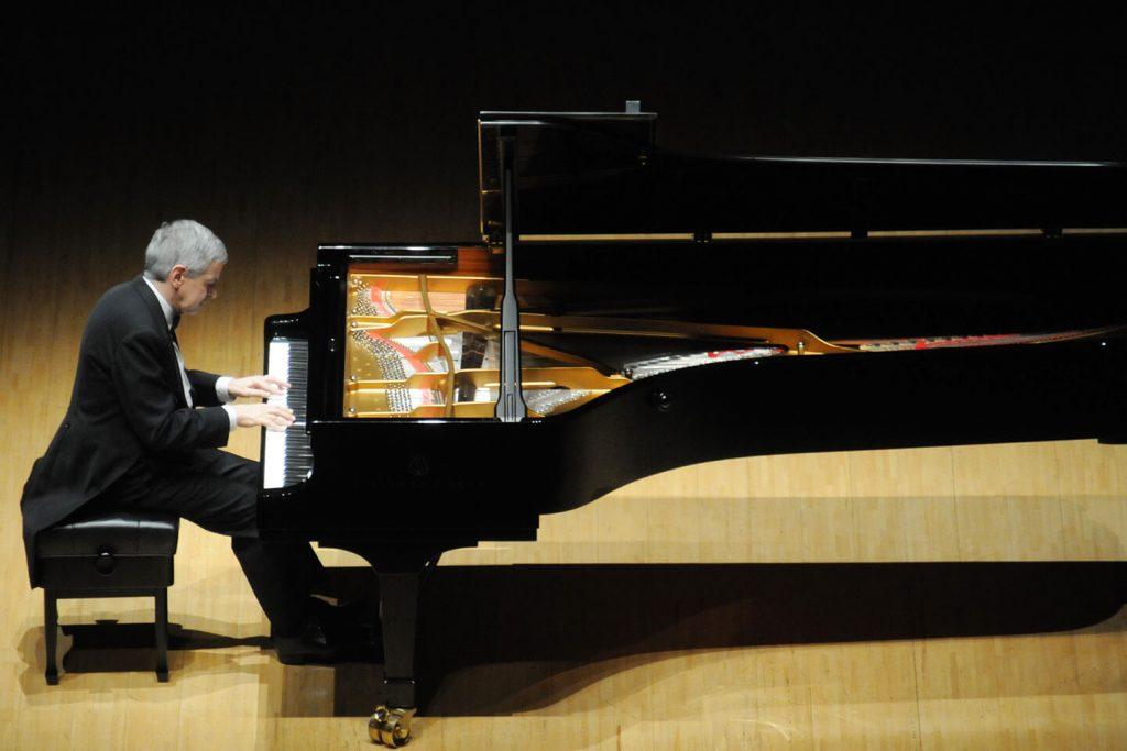 Vieira plays at the Tokyo Metropolitan Theater Grand Concert Hall
