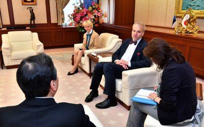 Ambassador of Palau to Japan Visits the Min-On Culture Center
