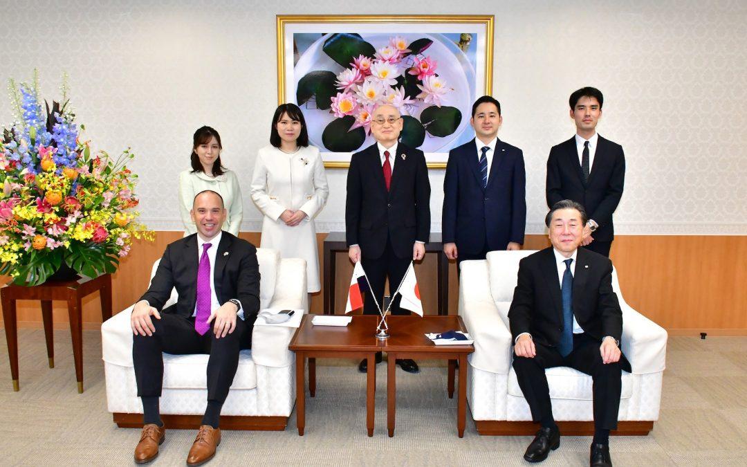 Panamanian Ambassador Pere visits Min-On Culture Center